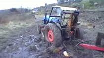 Çiftçi saplanan traktörünü bakın nasıl çıkardı