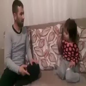 Babayla kızının kavgası güldürdü