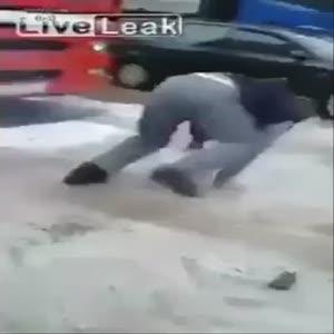 Adamın cebine torpil attı!