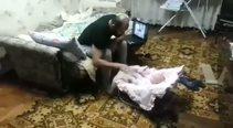 Bebeği babasından bakın ne koruyor!