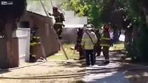 Yangına giden itfaiyeci alevlerin ortasına düştü