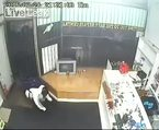 Dükkanı soymaya çalışan soyguncu böyle linç edildi