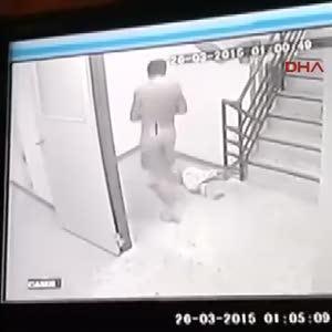 2 yaşındaki oğlunu döverek öldürdü