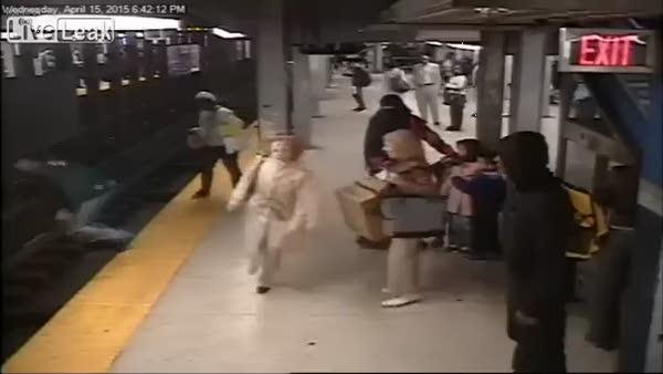 Metroda raylara d��en ya�l� adam
