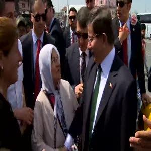 Başbakan Davutoğlu, Galata Köprüsü'nde yürüdü