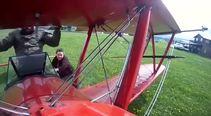 Uçak havadayken kanatta duran adam