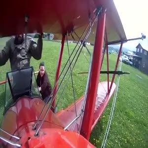 Helikopter havadayken kanatta duran adam