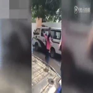 Bebekli kadını döven polis