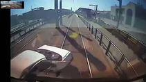 Tren çarptı, sağ kurtuldu