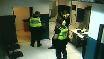 Polis tutuklunun yüzüne tekme attı