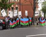 Azeriler Londra'daki Ermenistan elciligi önünde gösteri düzenledi