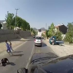 Koşarak karşıya geçen çocuğa araba böyle çarptı