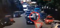 Trafikteki polis aracını ateşe verdi