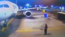 Taksi yaparken uçağın iniş takımlarını kapatan pilot