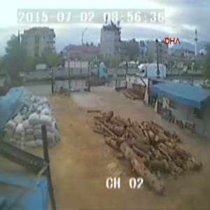 Güvenlik kamerasının önünde motosiklet çaldılar