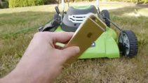 iPhone 6'nın üzerinden çim biçme makinesi geçirdiler