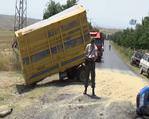 Otomobil traktörle çarpıştı: 3 ölü 4 yaralı
