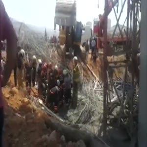 Yol inşaatında iskele çöktü: 4 işçi enkaz altında