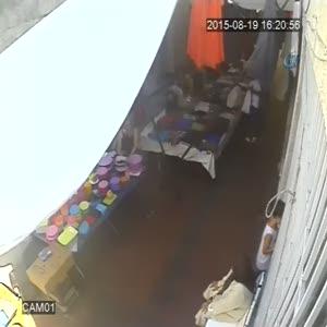 Pazarda hırsızlık güvenlik kamerasında