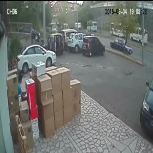 Otomobilin yayaya çarpma anı kamerada