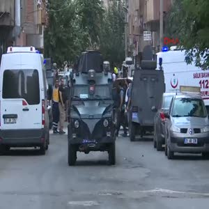 Diyarbakır'da polisin baskın düzenlediği evden ateş açıldı: 1 ölü