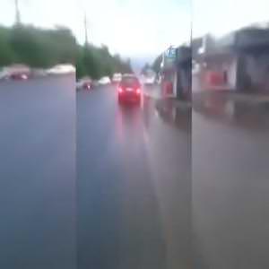 Arabaya bağladığı köpeği böyle koşturdu