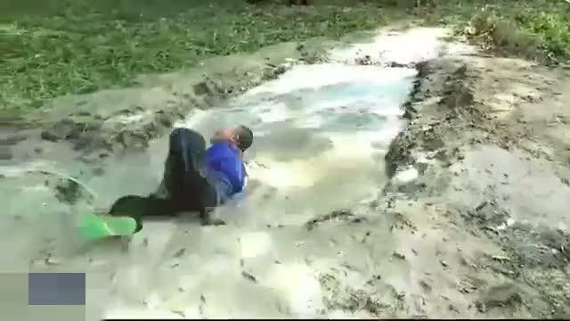 Çocuklara çamur eziyeti