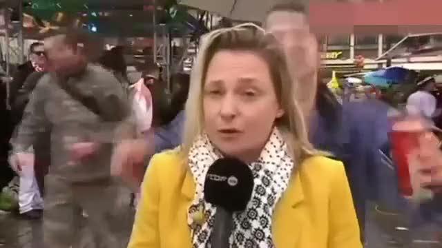 Canlı yayında tacizi anlatan muhabir tacize uğradı