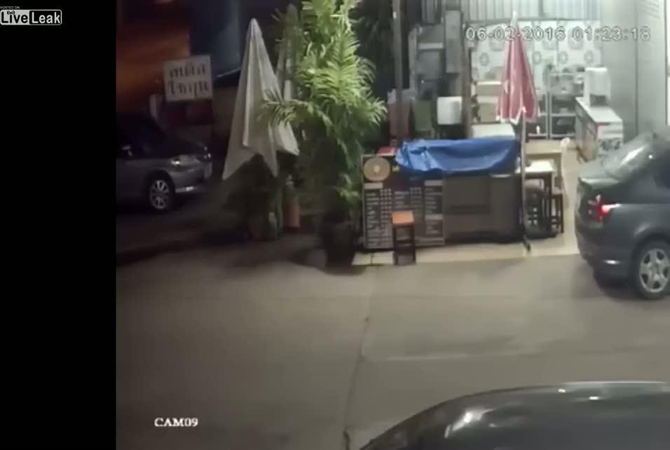 Kontrolünü kaybeden araç dehşet saçtı