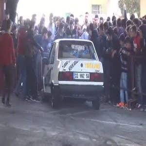 Drift yapan araç seyircilerin arasına daldı