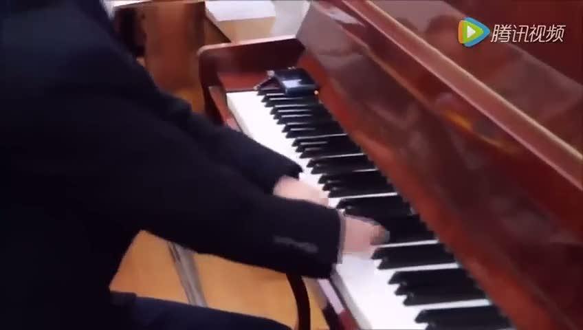 Elleri olmayan 15 yaşındaki çocuktan muhteşem piyano performansı!