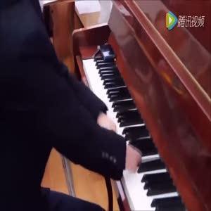 Elleri olmayan gençten piyano resitali