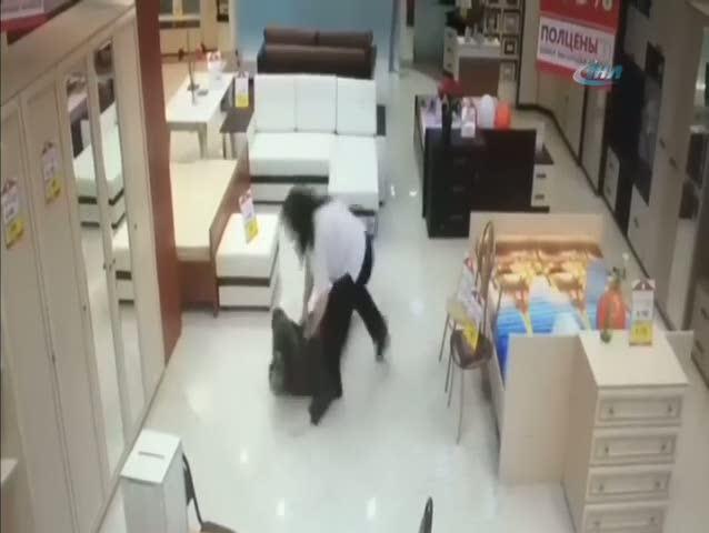Kadın çalışan hırsızı paketledi
