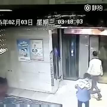 Tekme atarak kırdığı asansör kapısından boşluğa düşen adam