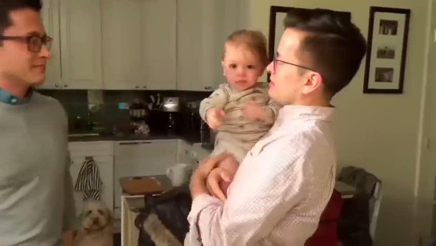 Babası ikiz olan bebeğin zor anları!