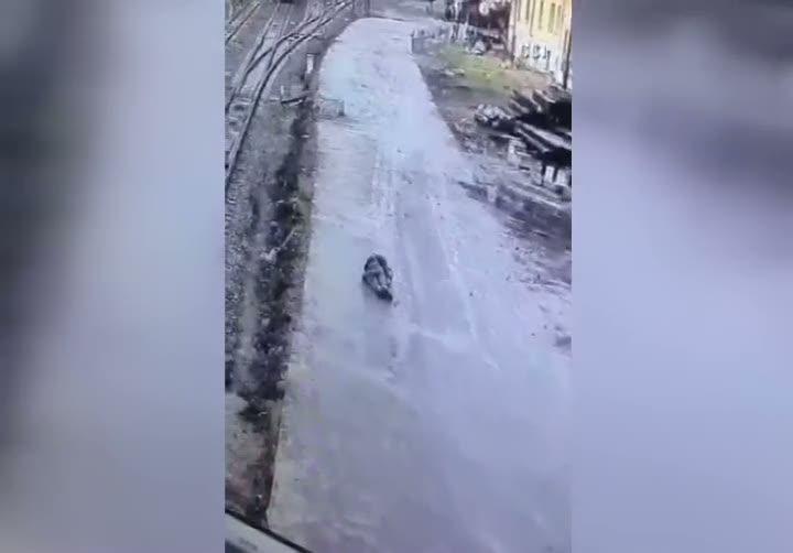 Babasını öldürüp 3 kişiyi yaralayan gencin kendini vurma anı kameraya yansıdı