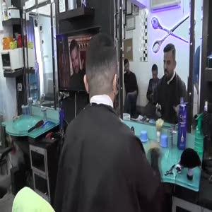 Kendini tıraş eden berber görenleri şaşırtıyor