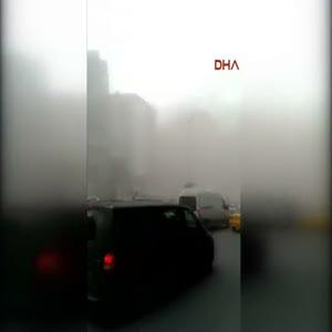 Beyoğlu'nda bina çöktü, çevreyi toz bulutu kapladı