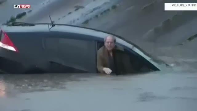 Sel sularına kapılan adamı muhabir kurtardı