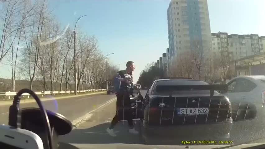 Arabadan sopayla inen adam pişman oldu!