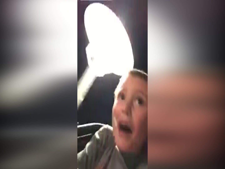 Roller Coaster'da kemeri açılan çocuğu babası kurtardı