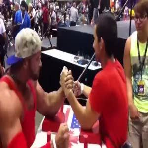 Türk genç vücut geliştirme şampiyonunu alay ederek yendi