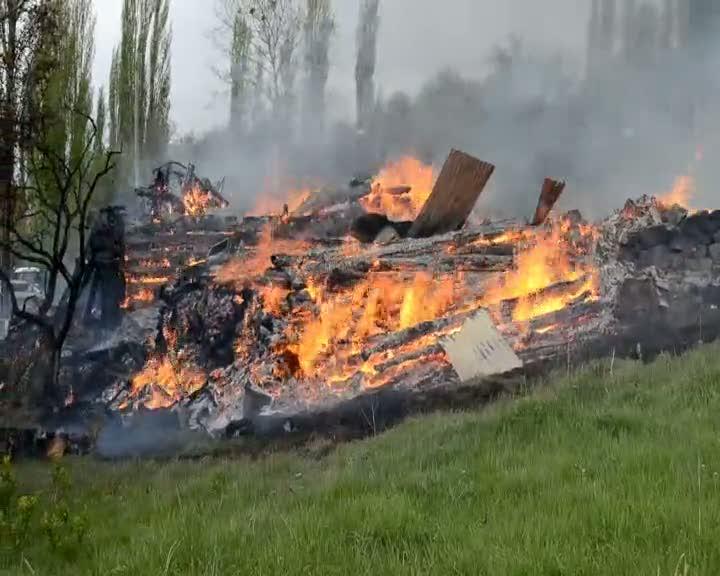 Kargı'da çıkan yangında 1 ev ve samanlık kül oldu