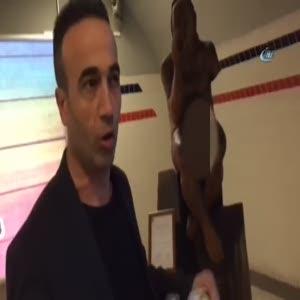 İzmir'de vatandaşlardan cinsel organı gözüken heykele tepki!