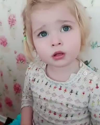Kelebekten korkan aşırı sevimli kız
