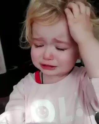 Oyuncağının canı yandığını düşünen sevimli bebek