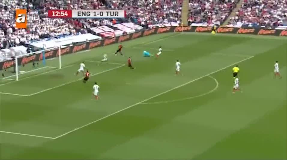 Hakan Çalhanoğlu bu golle tarihe geçti! İngiltere'ye atılan ilk gol!