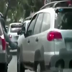 Sen misin kadın sürücünün aracına tekme atan