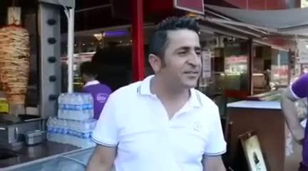 Muhabirin sorusuna aşırı heyecanlanan adam