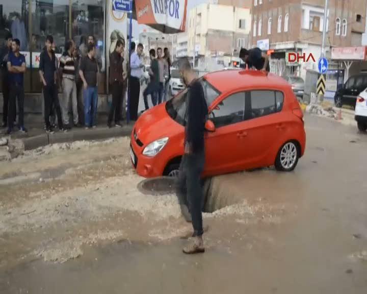 Hilvan'da yağışlar nedeniyle yol çöktü